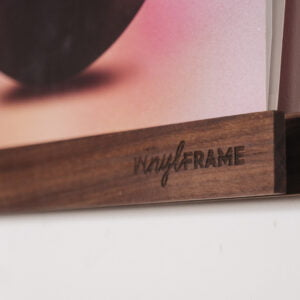 Vinyl Frame Walnut closeup gelakt